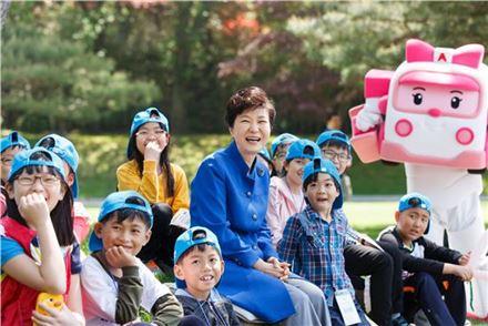 지난해 청와대 어린이날 행사에서 아이들과 시간을 보내고 있는 박근혜 대통령(사진제공 : 청와대)
