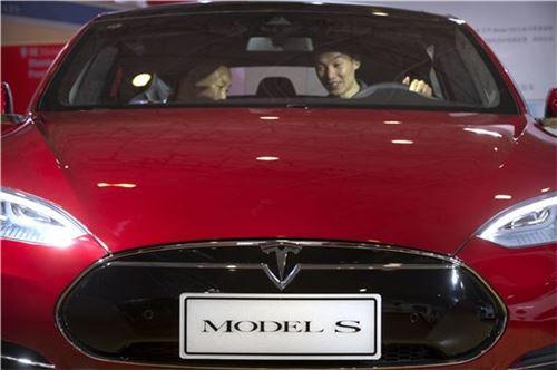 ▲지난 4월 베이징 국제모터쇼에서 고객들이 테슬라의 '모델S'를 살펴보고 있는 모습(사진=AP연합뉴스)