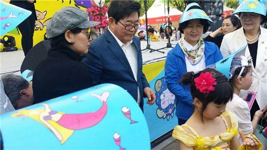 김기동 광진구청장과 추미애 국회의원이 5일 어린이대공원에서 열린 2016 서울동화축제에 참석했다.