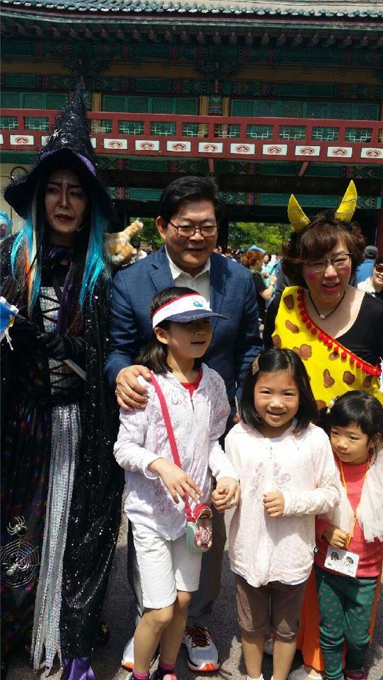 김기동 광진구청장이 아이들과 기념사진을 찍었다.