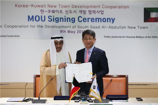한국토지주택공사(LH)는 9일 오후 쿠웨이트 주거복지청과 쿠웨이트 신도시 개발사업 구체화를 위한 양해각서(MOU)를 체결했다. 이번 MOU는 분당 3배 규모인 사우스 사드 알 압둘라(South Saad Al Abdullah) 신도시에 대한 구체적인 사업추진전략을 담고 있다. 협약식에 참석한 박상우 LH 사장과 바데르 알-와가얀 쿠웨이트 주거복지청장이 기념촬영을 하고 있다.(자료: LH)
