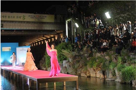 청계천 수상패션쇼 무대에 오른 모델들