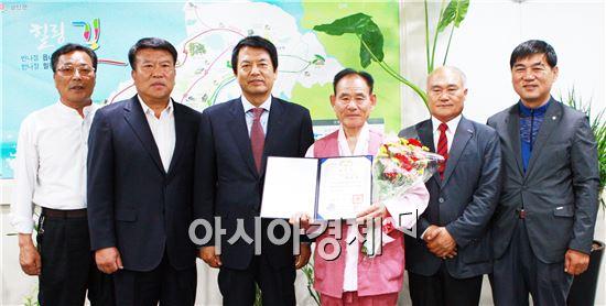 부안읍 김승우(73) 어르신이 제44회 어버이날 유공자로 대통령상을 수상하고 기념촬영을 하고있다.