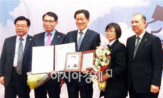 국민의당 주승용 의원(전남 여수을, 가운데)이 10일 국회도서관 대강당에서 '2016 대한민국 유권자 대상'을 수상했다.