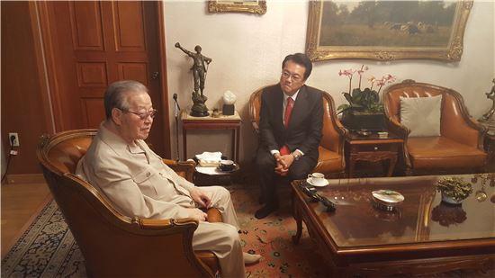 정진석 새누리당 원내대표(오른쪽)가 김종필 전 국무총리의 서울 중구 청구동 자택을 방문해 대화를 나누고 있다.   / 성기호 기자 kihoyeyo@