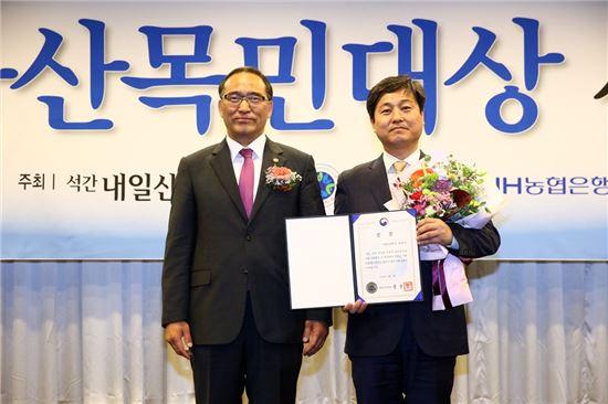 김영배 성북구청장(오른쪽)이 홍윤식 행정자치부장관과 기념 사진을 찍었다.