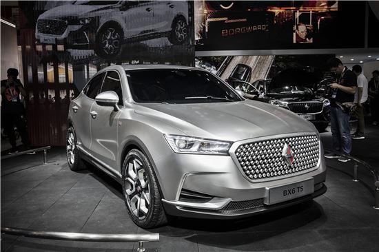 지난 4월 25일(현지시간) 중국 베이징(北京) 모터쇼 전시장에 보르그바르트의 'BX6 TS' 스포츠유틸리티차량(SUV) 한 대가 전시돼 있다. 생산 중단 54년 만인 지난해 독일 프랑크푸르트 모터쇼에서 'BX7'을 선보인 보르그바르트는 중국 시장에서 부활을 꾀하고 있다(사진=블룸버그뉴스).
