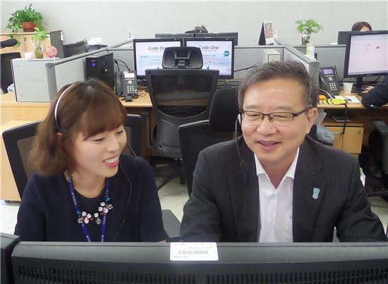 권오훈 하나생명 사장(오른쪽)이 11일 대전에 위치한 고객지원센터에서 고객과 상담하고 있다. 사진제공 하나생명