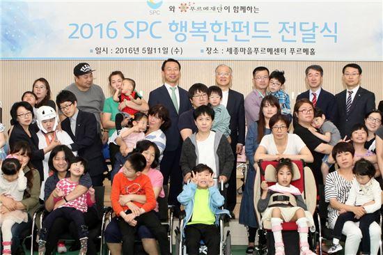 지난 11일 서울 종로구 세종마을 푸르메센터에서 열린 SPC그룹 장애아동 보조기구 전달식에서 김범호 SPC그룹 대외협력실장(가운데 왼쪽)과 강지원 푸르메재단 이사장(가운데 오른쪽), 장애아동 가족들이 기념촬영을 하고 있다.