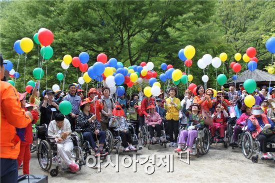순창군은 지난 11일 대구지역 장애인 및 자원봉사자 200여명이 참여해 '우리 함께가요 강천산 트레킹'행사를 진행했다.