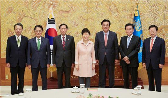 박근혜 대통령과 여야 3당 원내지도부 회동[사진=청와대]