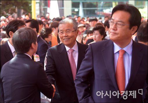 [포토]인사하는 안철수·김종인