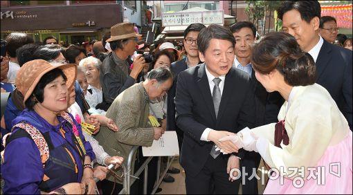[포토]불자들과 인사하는 안철수 대표