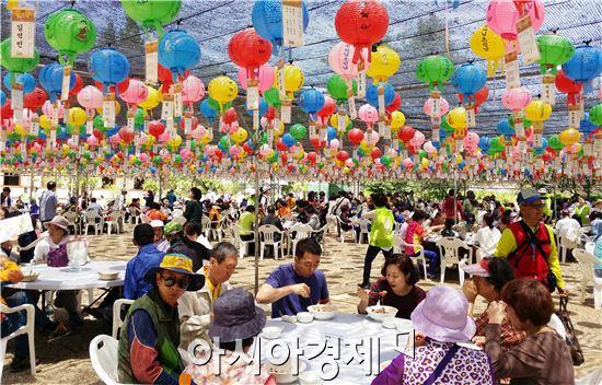 14일 오전 불기 2560년 부처님오신날 봉축행사가 열린 광주시 서구 치평동 무각사에서 불자들이 단 소원등 아래에서 공양을 하고있다.