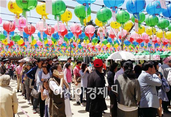 14일 오전 불기 2560년 부처님오신날 봉축행사가 열린 광주시 서구 치평동 무각사에서 불자들이 단 소원등 아래에서 공양행렬이 길게 이어졌다.