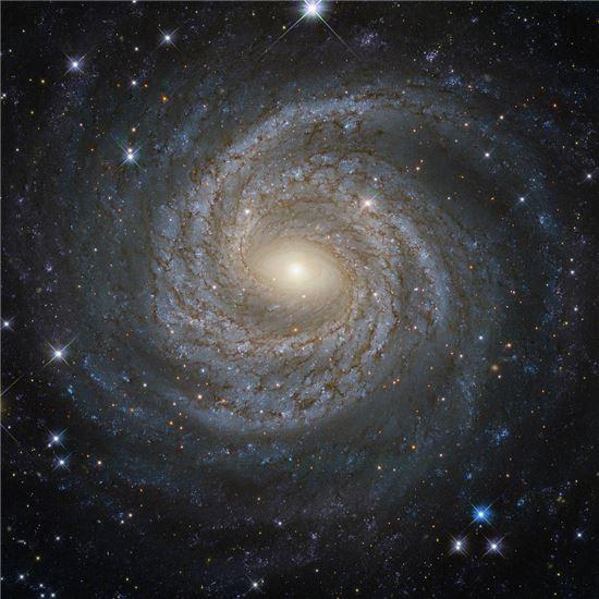 ▲눈송이를 닮은 나선형 은하가 포착됐다.[사진제공=ESA/NASA/허블우주망원경]