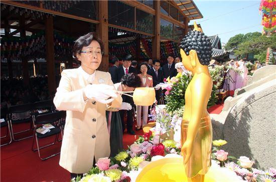 신연희 강남구청장이 14일 오전 10시 봉은사 대웅전에서 열린 '불기2560년 부처님 오신날 봉축법회'에 참석해 관불의식을 하고 있다.