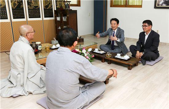 남경필 경기지사가 용주사를 방문, 스님들과 이야기를 하고 있다.