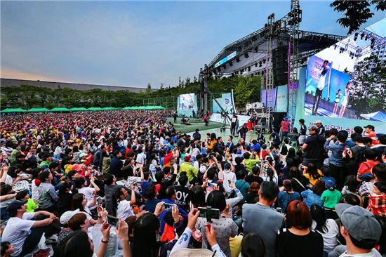 한국GM이 인천 부평 본사에서 개최한 '2016 쉐보레 어울림 한마당'에 임직원과 그 가족, 지역주민들이 함께 참석해 행사를 즐기고 있다.