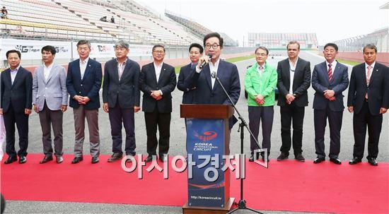 이낙연 전남지사가 15일 영암 국제자동차경주장(F1서킷)에서 열린 AFOS(Asian Festival Of Speed) 대회 개막식에서 인사말하고 있다. 차량 120여대와 국내외 선수 및 관계자 2,000여명이 참가했다. 사진제공=전남도