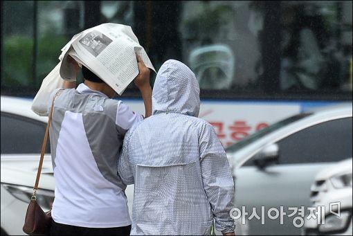 [포토]비 내리는 휴일