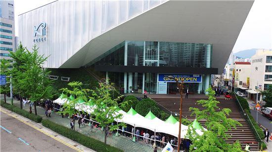 지난 13일 GS건설이 부산 거제동에 선보인 '거제센트럴자이' 견본주택을 찾은 방문객들이 입장 순서를 기다리며 길게 줄을 서있다.(제공: GS건설)