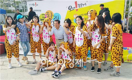 윤장현 시장이 '전국노동자대회·민중대회'행사 중간 펼쳐진 '오매 댄스'를 함께 추며 환영 인사를 전했다.