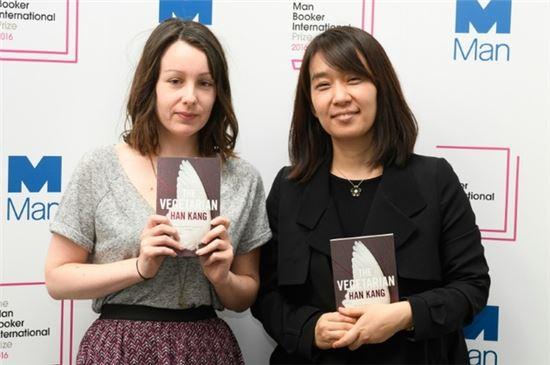 소설 '채식주의자'를 번역한 데버러 스미스(왼쪽)와 저자 한강(오른쪽). 사진=아시아경제DB