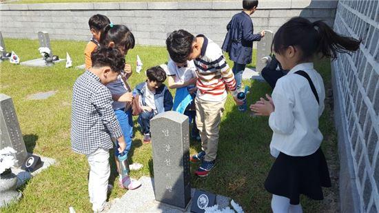 제36주년 5·18민주화운동을 하루 앞둔 17일 광주광역시 북구 운정동 국립5·18민주묘지에 진제초등학교 학생 110명이 참배했다.