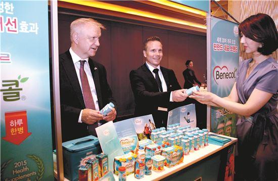 올리렌 핀란드 경제장관(왼쪽)이 핀란드의 대표적인 건강기능식품 베네콜을 소개하고 있다. 베네콜은 2015년 롯데푸드 파스퇴르가 발효유 형태의 건강기능식품으로 한국에 선보였다. 가운데는 핀란드 라이시오사 베네콜 영업총괄 이사 올라비에르킨윤띠.