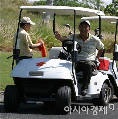 미국 골프장은 대부분 2인용 카트를 사용한다.