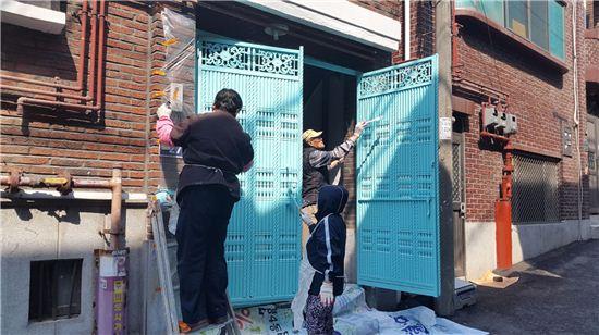 성남시의 지역공동체 일자리사업에 참여한 근로자들이 취약계층 집수리를 하고 있다.