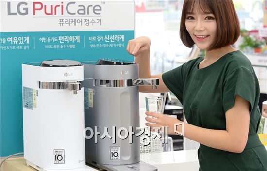▲LG전자 베스트샵 강서본점에서 LG전자 모델이 LG 퓨리케어 슬림 정수기 제품을 소개하고 있다.(제공=LG전자)