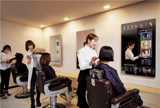 ▲삼성전자가 서울 올림픽로 롯데백화점 잠실점에 위치한 이가자 헤어비스에 55인치 미러디스플레이 제품을 설치했다.