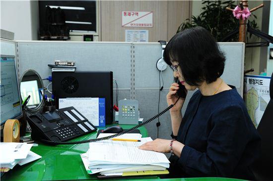 구리시 직원이 인터넷전화를 통해 민원인과 통화하고 있다.