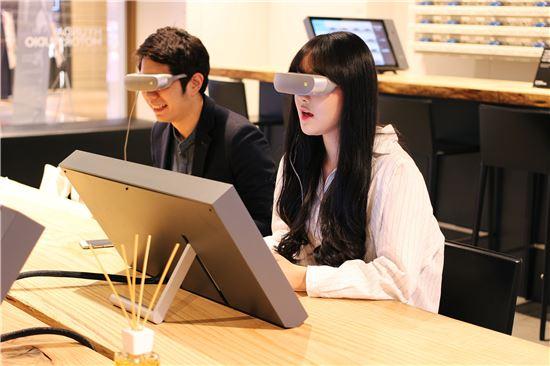 고객들이 가상현실(VR) 기기를 통해 가상체험을 하고 있다.