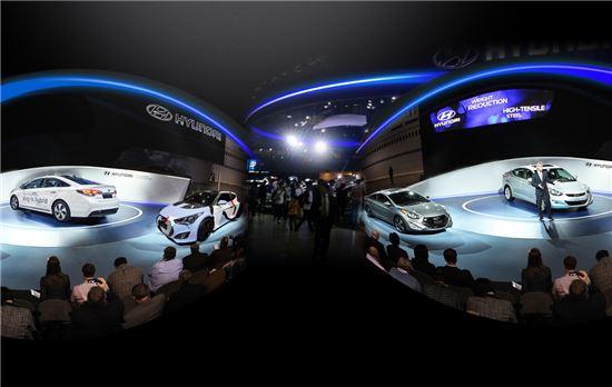가상현실(VR) 기기를 통해 신차 발표회 모습이 중계되고 있다.