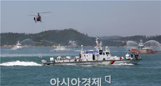 해경헬기와 구조함정으로 해양사고 익수자를 구조하고 있다.