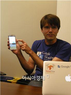오타비오 굿 구글 엔지니어가 구글 번역 서비스에 대해 소개하고 있다.
