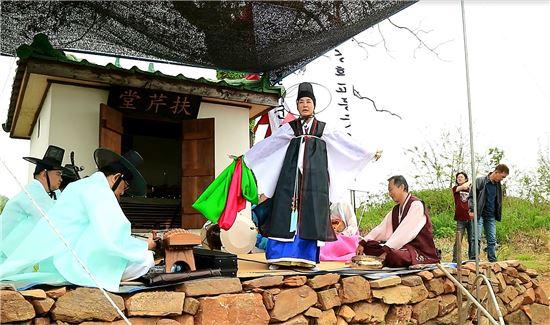 지난 15일 20년만에 열린 인천 교동도 부군당에서 주정자 만신이 악사들과 함께 굿을 벌이고 있다.