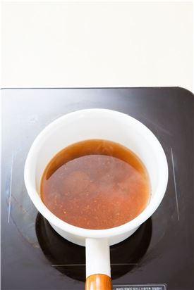 2. 냄비에 물 2컵을 붓고 다시마를 넣어 끓이다가 된장과 고춧가루를 풀어 넣고 5분 정도 끓인다.