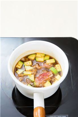 3. 애호박과 차돌박이를 넣어 끓이다가 애호박이 익으면 두부를 넣는다.