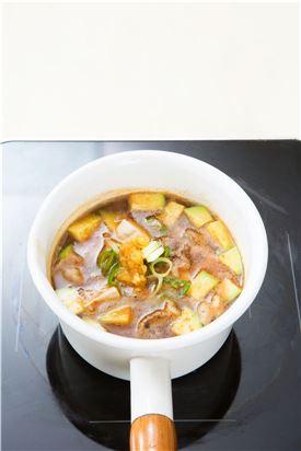 4. 청양고추와 대파를 넣어 한소끔 끓인 후 다진 마늘을 넣고 소금과 후춧가루로 간을 한다.