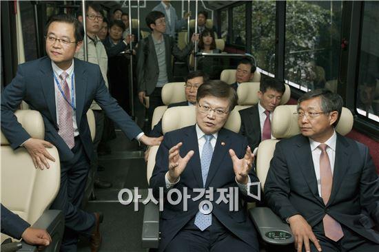 [포토]친환경버스 탄 장관