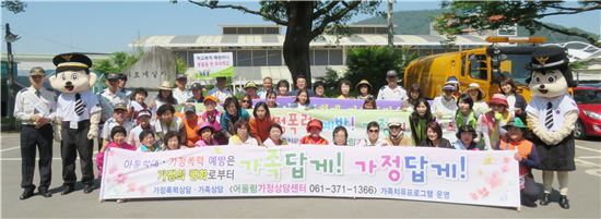 전남 화순경찰서(서장 박종열)가 화순 전통시장 개장일에 맞춰 읍내 주요도로에서 화순군과 가정상담센터 등 유관기관 관계자 50여명이 참석한 가운데 가정폭력·아동학대 예방 캠페인을 전개했다.