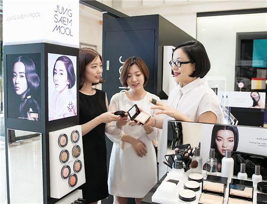 메이크업아티스트 정샘물이 18일 현대백화점 목동점에서 고객들에게 제품설명 및 메이크업 상담을 진행하고 있다.