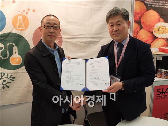백만권 SM생명공학 대표(오른쪽)와 지앙펑민 상하이푸톈무역유한공사 대표가 5일(현지시간) 상하이신국제엑스포센터(SNIEC)에서 수출입 계약서에 각각 서명한 뒤 포즈를 취하고 있다.(사진=오종탁 기자)
