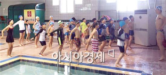 순창군이 아이들의 물놀이 안전사고 예방을 위해 '초등학생 수영교실'을 운영한다.