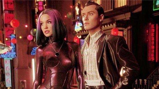 인간의 편의를 위해 만들어진 미래의 섹스로봇들은 식별코드를 몸 속에 지니고 환락가를 누빌지도 모른다. 사진 = 영화 'A.I' 스틸컷