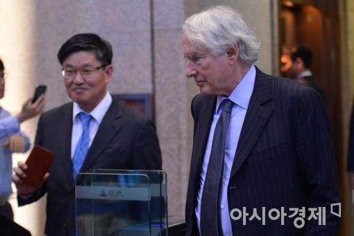 [포토]협상 마치고 나온 마크 워커 변호사와 김충현 CFO